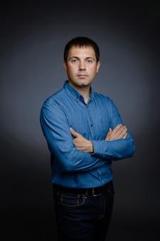 Portrait d'un homme en chemise bleue