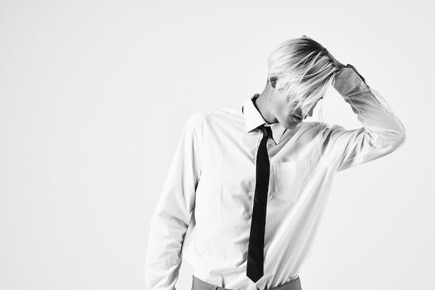 Portrait d'un homme en chemise avec un studio de coiffure à la mode cravate