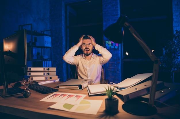Portrait de l'homme col choqué frustré problème de tête tactile