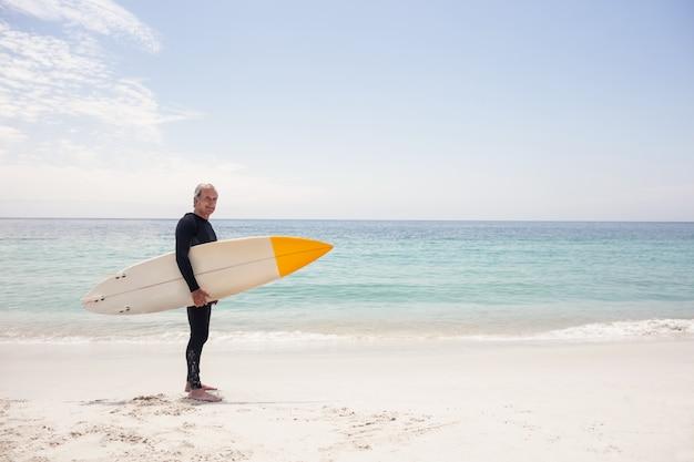 Portrait, homme, combinaison, tenue, planche de surf