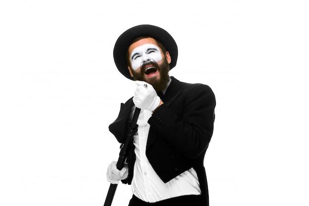 Portrait d'un homme comme mime avec tube ou microphone de style rétro