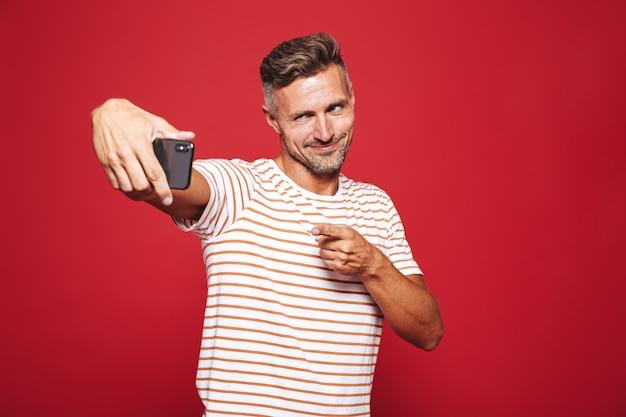 Portrait d'un homme confiant debout sur le rouge