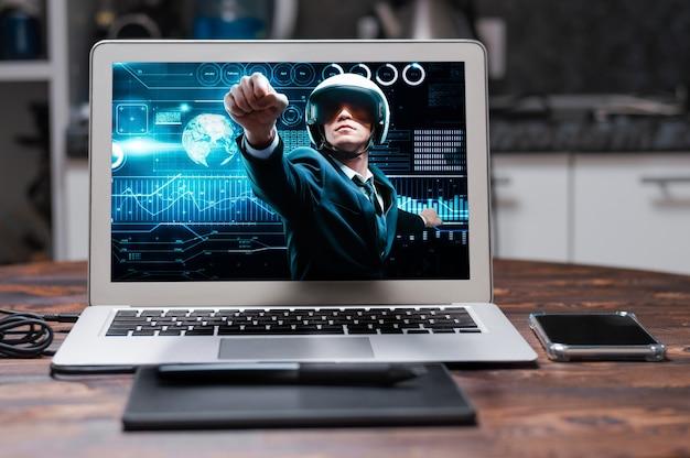 Portrait d'un homme en costume et casque. il montre qu'il vole dans le contexte d'un hologramme de transactions boursières. concept d'entreprise. bourse. courtiers et commerçants. technique mixte