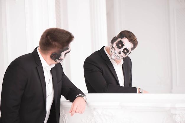 Portrait d'un homme avec un crâne pour halloween