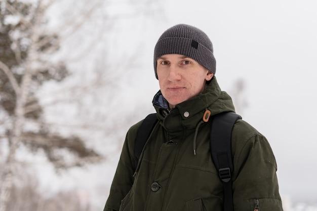 Portrait d'un homme dans un endroit enneigé avec de la neige reste sur son visage