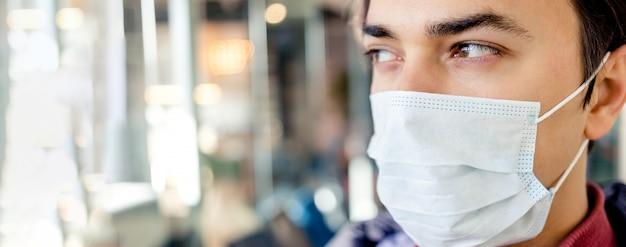 Portrait d'homme dans un masque médical chirurgical