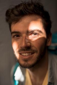 Portrait d'un homme dans l'ombre à la lumière