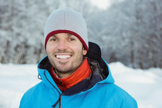 Portrait d'homme debout sur paysage enneigé