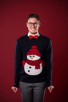 Portrait d'un homme drôle portant un pull avec bonhomme de neige