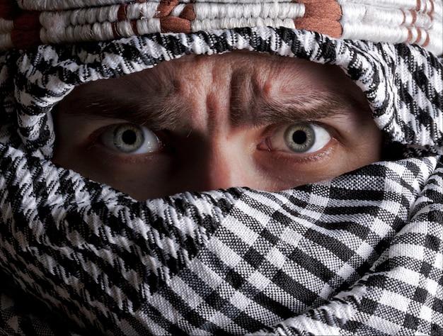 Portrait d'un homme du moyen-orient effrayé qui vous regarde