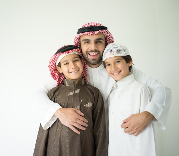 Portrait d'un homme du moyen-orient avec des enfants