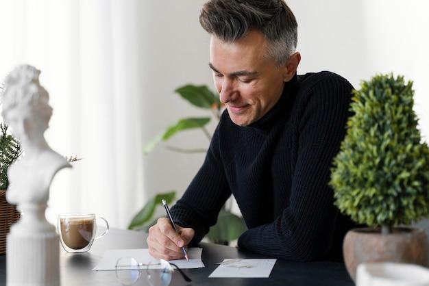 Portrait homme écrit lettre