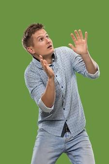 Portrait de l'homme effrayé sur vert