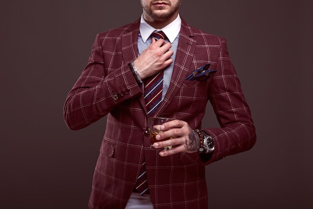 Portrait d'un homme élégant et brutal dans un costume coûteux
