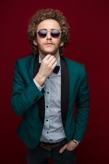 Portrait d'un homme élégant dans des vêtements élégants et des lunettes de soleil