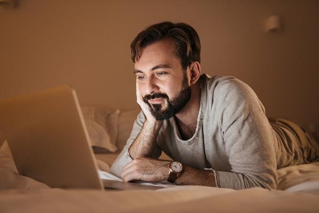 Portrait d'un homme endormi à l'aide d'un ordinateur portable