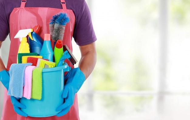 Portrait d'homme avec équipement de nettoyage