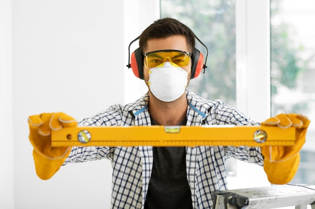 Portrait homme avec équipement de protection de sécurité