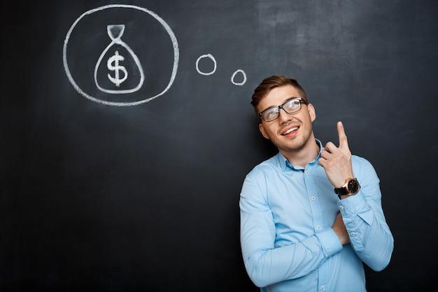 Portrait d'un homme d'esprit pointant son esprit sur l'argent