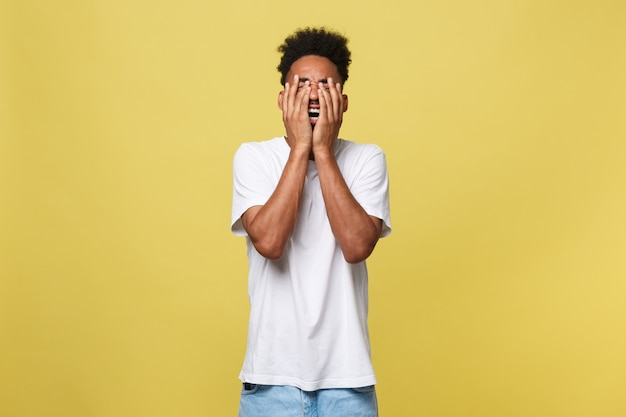 Portrait homme avec expression triste, émotions humaines, langage corporel, perception de la vie.