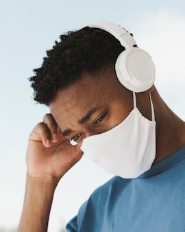 Portrait d'homme à l'extérieur avec un casque et un masque facial