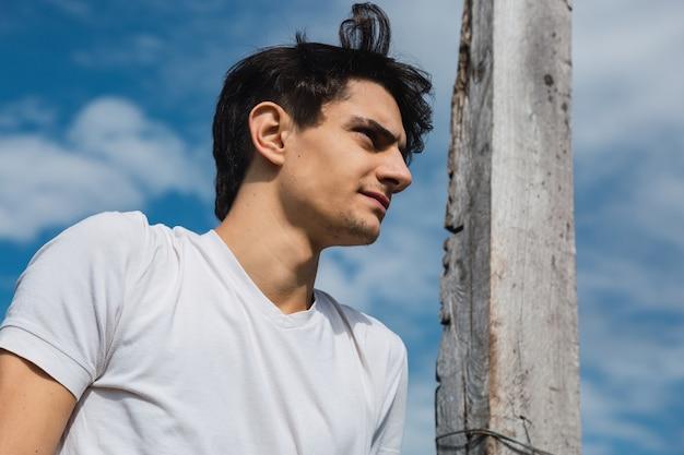 Portrait d'un homme à l'extérieur à la recherche au loin
