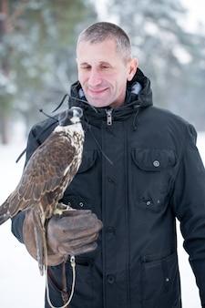 Portrait d'un homme avec un faucon