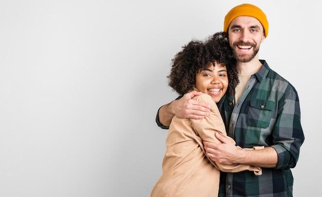 Portrait d'homme et femme souriant