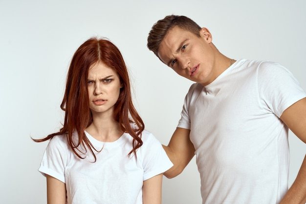 Portrait d'homme et femme en t-shirts blancs