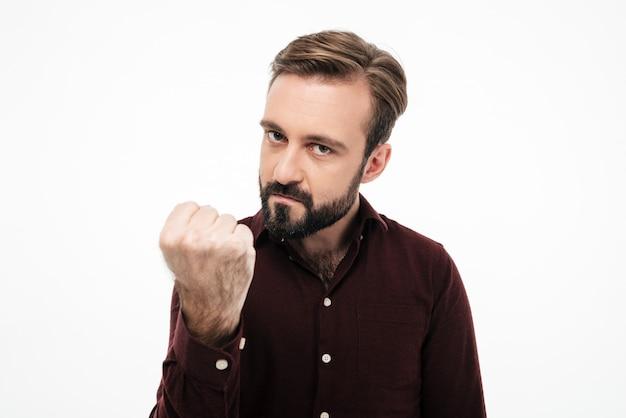 Portrait d'un homme furieux en colère menaçant d'un poing