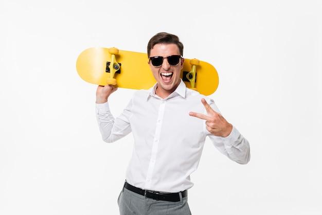 Portrait d'un homme gai amusé en chemise blanche