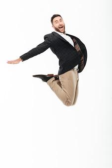 Portrait d'un homme gai excité célébrant