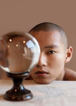 Portrait homme avec globe