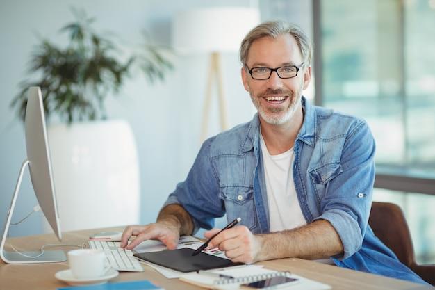 Portrait d'homme graphiste à l'aide de tablette graphique