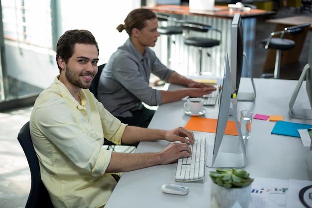 Portrait d'homme graphiste travaillant sur ordinateur personnel