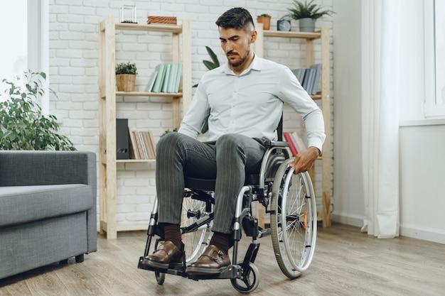 Portrait d'homme handicapé en tenue de soirée assis dans un fauteuil roulant