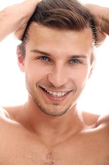 Portrait d'un homme heureux aux yeux clairs