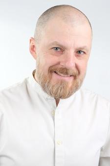 Portrait d'un homme heureux barbu