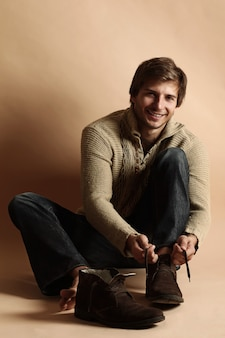 Portrait d'un homme heureux avec des chaussures d'hiver