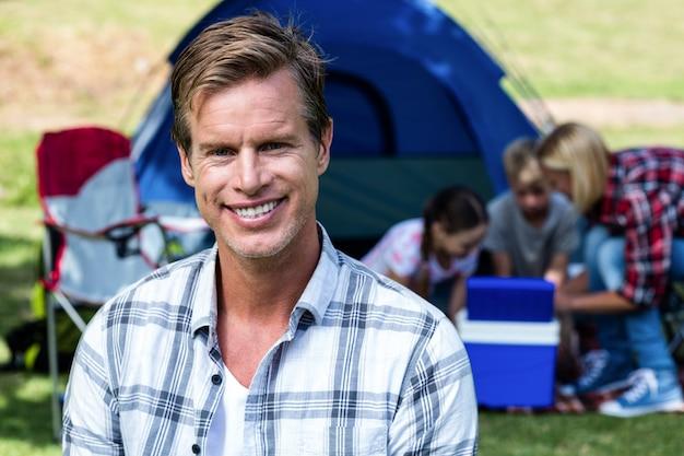 Portrait d'un homme heureux devant la tente