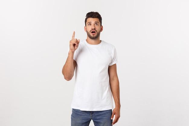 Portrait d'un homme heureux excité, pointant le doigt vers l'espace de copie.