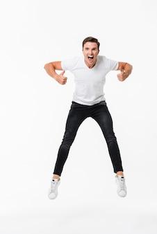 Portrait d'un homme heureux excité en t-shirt
