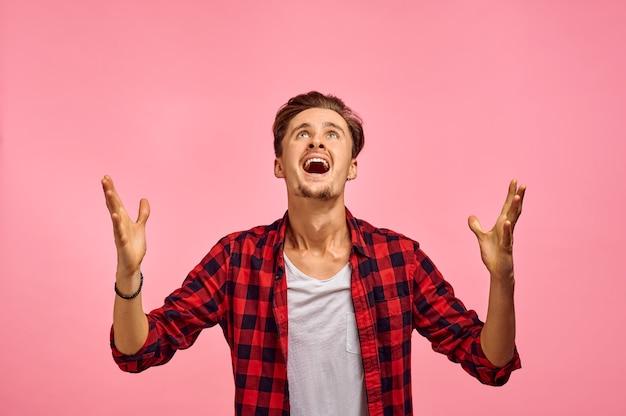 Portrait d'homme heureux, fond rose, émotion