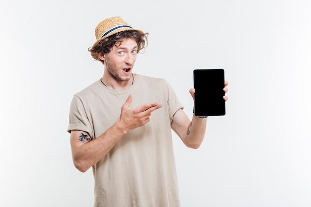 Portrait d'un homme heureux heureux pointant le doigt sur tablette avec écran blanc isolé sur fond blanc