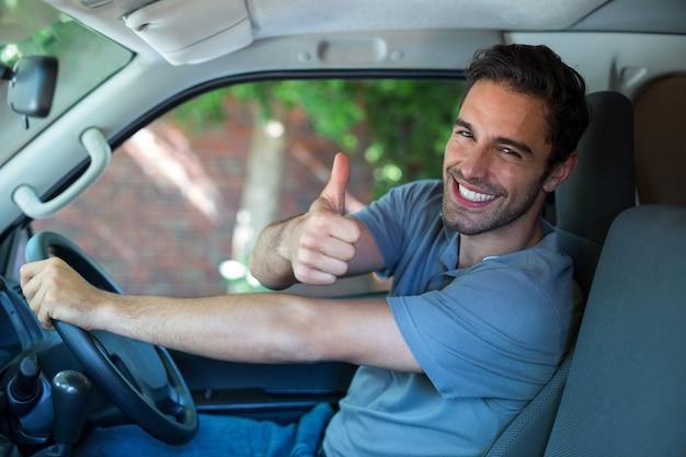 Portrait d'un homme heureux, montrant les pouces vers le haut