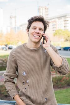 Portrait d'un homme heureux, parler au téléphone mobile