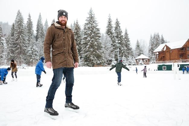 Portrait d'un homme heureux patinage à l'extérieur