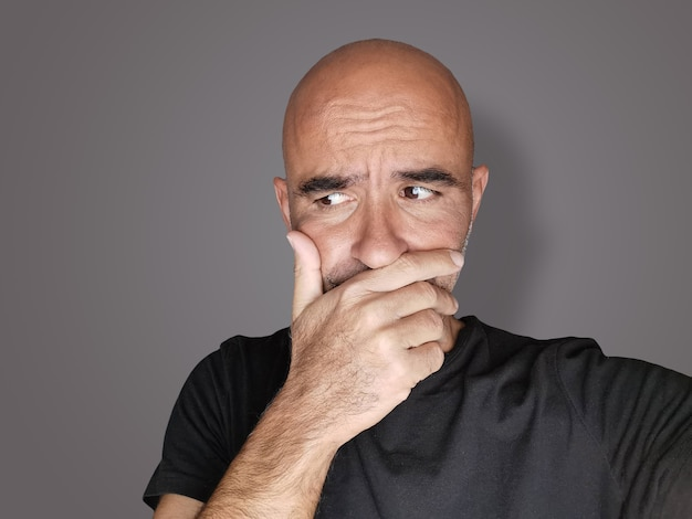 Portrait D'un Homme Indécis Embarrassé Réfléchi Et Inquiet Photo Premium