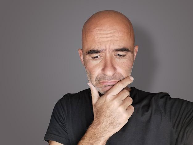 Portrait d'un homme indécis embarrassé réfléchi et inquiet