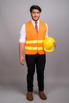Portrait de l'homme indien homme d'affaires de travailleur de la construction